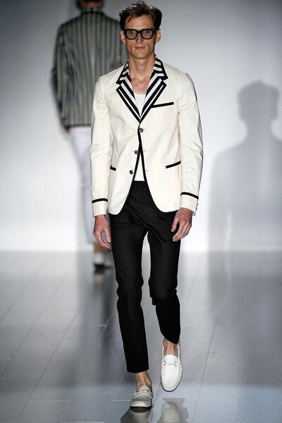 Uno spezzato che pone l'accento sui revers a righe del blazer.