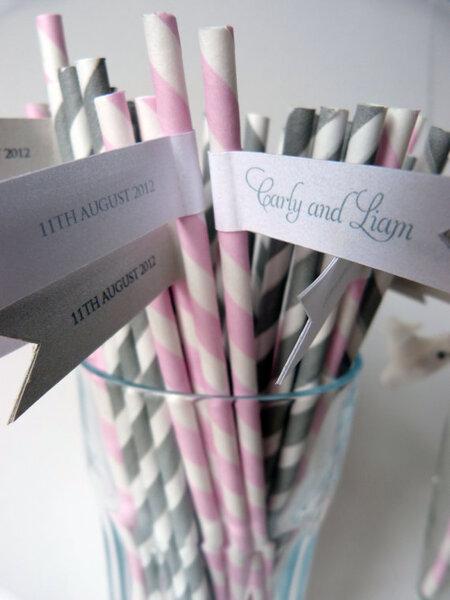 Pajitas en tonos pasteles con banderolas con los nombres de los novios. Foto: Etsy