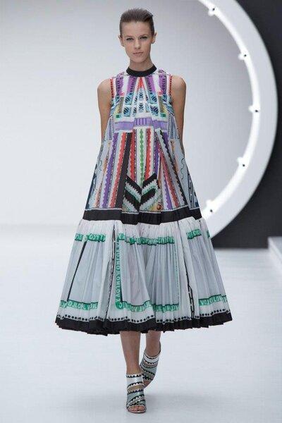 Vestido de fiesta con caida amplia en A y patrón en colores brillantes