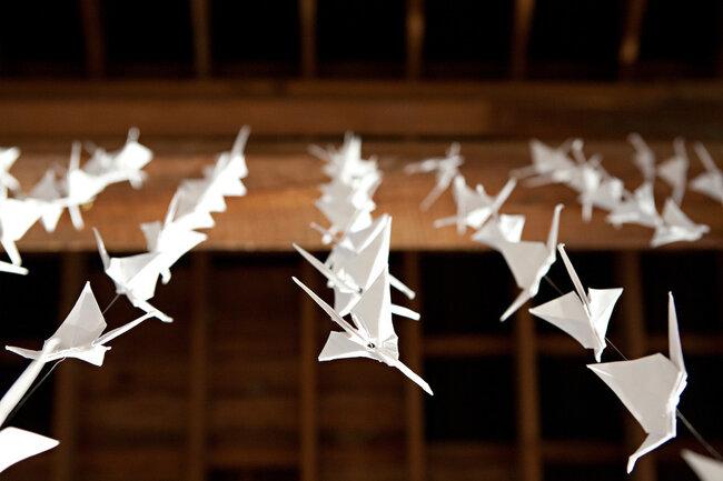 Pajaritos de origami para decoración de boda - Foto Kellan Studios