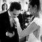 Beso bendiciendo la mano de la novia
