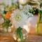 Arreglo de mesa para bodas con flores en color blanco y naranja con inspiración vintage