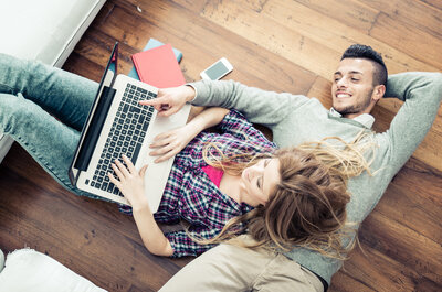 Alguma vez se apaixonou através da Internet? Olhe que tem muitas vantagens!