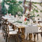 A utilização de mesas corridas em madeira e caminhos de mesa, é simultaneamente intimista e rústica.