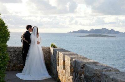 A real destination wedding by the sea in the Parador de Baiona, Spain