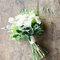 Le bouquet de la mariée posée sur une table en bois
