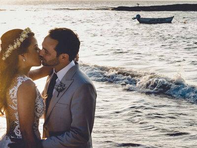 Casamento na praia de Priscilla & Guilherme: muito amor junto ao mar de Búzios!