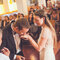 Beso del novio en la mano de la novia