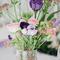 Arreglo de mesa para bodas con inspiración vintage y flores en tonos morado y rosa de tendencia para 2013
