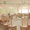 Decoración en color blanco para boda - Foto Calie Statsky
