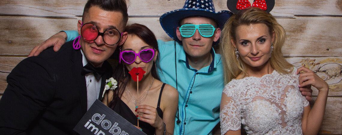 Najlepsze fotobudki na wesele! Sprawdź firmy z najlepszymi animacjami ślubnymi.
