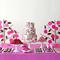 Decoración para mesa de postres en color rosa intenso con lila y café, pastel con bloques de color, platones a juego en color blanco y mantel en tono rosa
