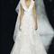 Vestido de novia con tirantes gruesos, escote pronunciado en V y falda confeccionada en tul con detalles bordados