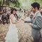 Trajes para noivos em tons claros. Foto: Josh Devotto