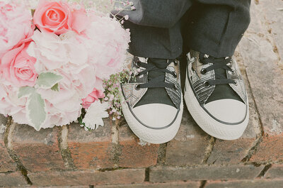 ¿Cómo llevar zapatillas en bodas semi-formales y casuales sin perder el glamour?