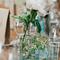 Arreglo de mesa para boda con flor en color blanca y envase de cristal