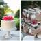 Hochzeitsdeko mit Gläsern und Vasen. Foto: Dana Cubbage