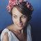 Une mariée avec une couronne de fleurs roses