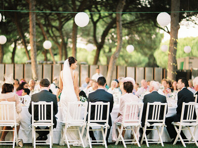 Jogo das cadeiras: Saiba o melhor tipo de cadeira para combinar com o estilo do seu casamento.