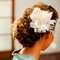 Penteado com flor para noivas românticas. Foto: Paulo Herédia