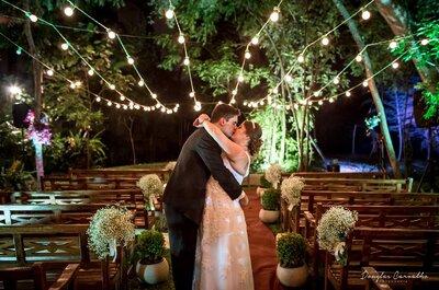 Casamento ao ar livre noturno de Vitória e Bruno: beleza rústica e romantismo!