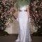 Vestido de noiva com aplicações e acessórios verdes.