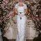 Vestido de noiva ajustado com manga curta.