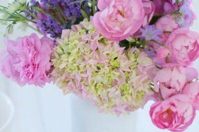 Kwiaty ogrodowe jako główny element weselnych dekoracji