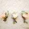 Organiza mini bouquets con una rosa y algunas ramas.