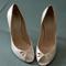 Scarpa da sposa in pelle color avorio - di Casadei. Foto via Maison Studio