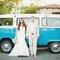 Novios delante de su camioneta vintage de recién casados.