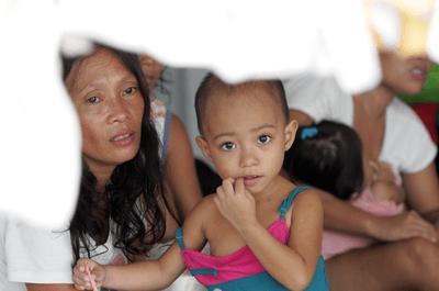 UNICEF pomaga ofiarom na Filipinach.