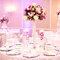 Arreglos de mesa altos para bodas elegantes de noche con cristales y flores en colores rosa y blanco
