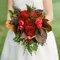Diferentes ideias de buquês de noiva com flores vermelhas. Foto: Holly Chapple