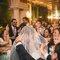 92. A Ana e o Zé ficaram rodeados pelos amigos que cantavam efusivamente. Foi um momento marcante do casamento.