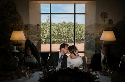 ¿Quién debe sentarse junto a los novios en la mesa nupcial?