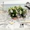 Arreglo de mesa para boda en canasta de madera y con flores blancas y amarillas