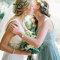Noiva e dama de honor com coroa de flores.