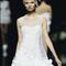 Vestido de novia corto con escote ilusión cerrado, sin mangas y detalles en relieve para la falda