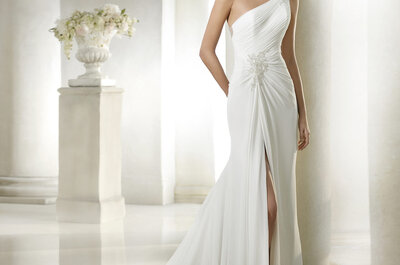 Vestidos de novia con escote asimétrico: elige uno para el día de tu boda