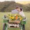 Novios recién casados en carroza.