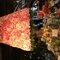 O trabalho maravilhoso da Perfect Flower - iluminária coberta de rosas e arranjos na mesa. Foto: MarianaOrtigão