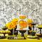 Decoración para mesa de postres 2013 en color amarillo y negro con flores, charolas y platones a juego