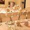 Mesas de boda decoradas con grandes candelabros y velas redondas.