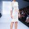 Vestido de novia con una silueta elegante, mangas tres cuartos y atinadas transparencias en el diseño - Foto David Salomón en MBFWMX