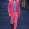 Traje de chaqueta rosa fucsia sobre camisa azul.