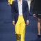 Traje de chaqueta con combinación de amarillo, azul marino y azul claro.
