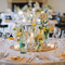 Arreglo de mesa para bodas elegantes con flores amarillas brillantes