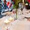 Decoración de mesa de boda con botellas de cristal