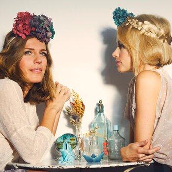 50 accessoires de coiffures pour être l'invitée parfaite : couronnes de fleurs, diadèmes, chapeaux sont au rendez-vous